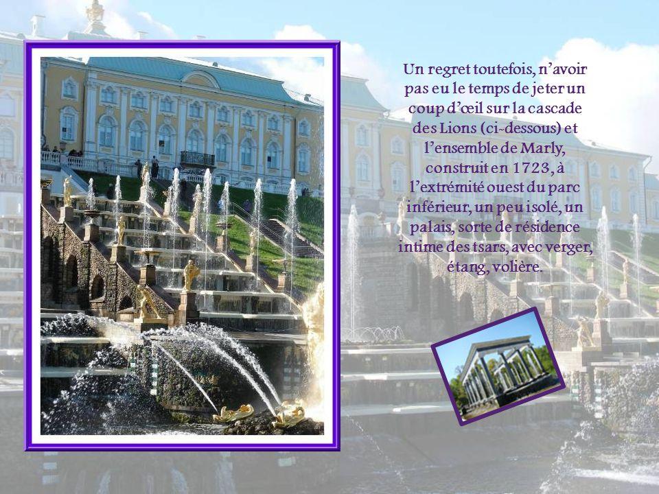 Un regret toutefois, n'avoir pas eu le temps de jeter un coup d'œil sur la cascade des Lions (ci-dessous) et l'ensemble de Marly, construit en 1723, à l'extrémité ouest du parc inférieur, un peu isolé, un palais, sorte de résidence intime des tsars, avec verger, étang, volière.