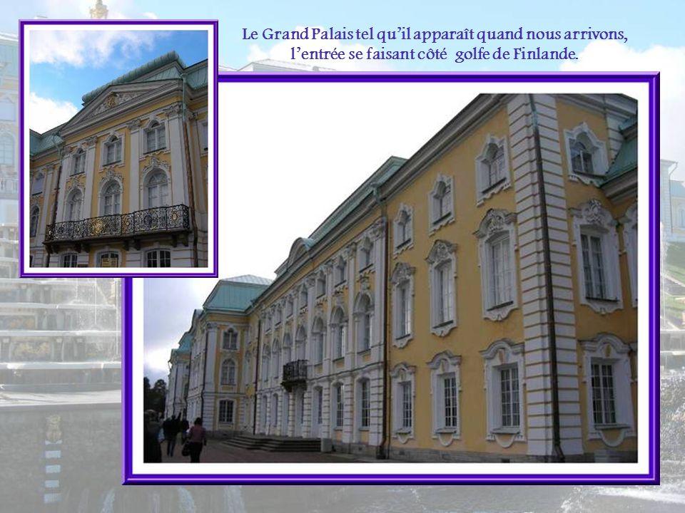 Le Grand Palais tel qu'il apparaît quand nous arrivons, l'entrée se faisant côté golfe de Finlande.