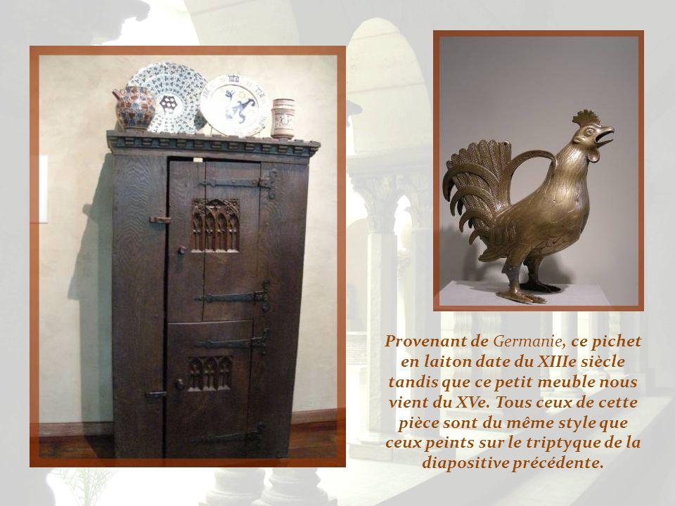 Provenant de Germanie, ce pichet en laiton date du XIIIe siècle tandis que ce petit meuble nous vient du XVe.