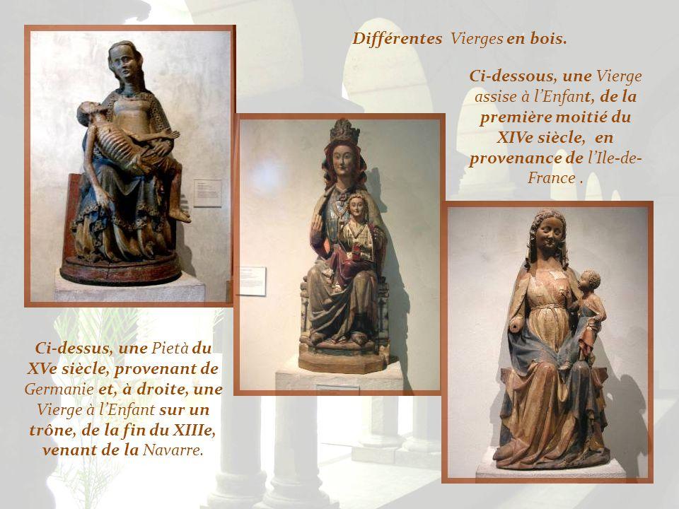 Différentes Vierges en bois.