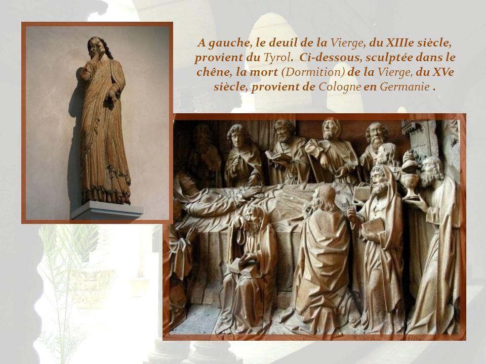 A gauche, le deuil de la Vierge, du XIIIe siècle, provient du Tyrol