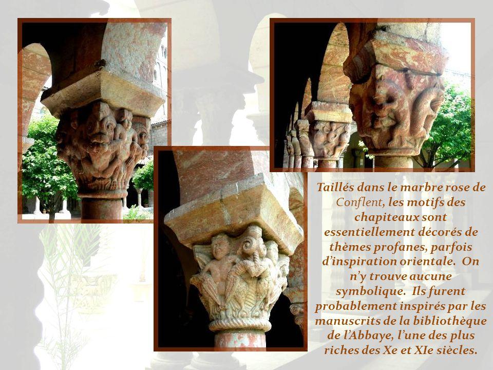 Taillés dans le marbre rose de Conflent, les motifs des chapiteaux sont essentiellement décorés de thèmes profanes, parfois d'inspiration orientale.