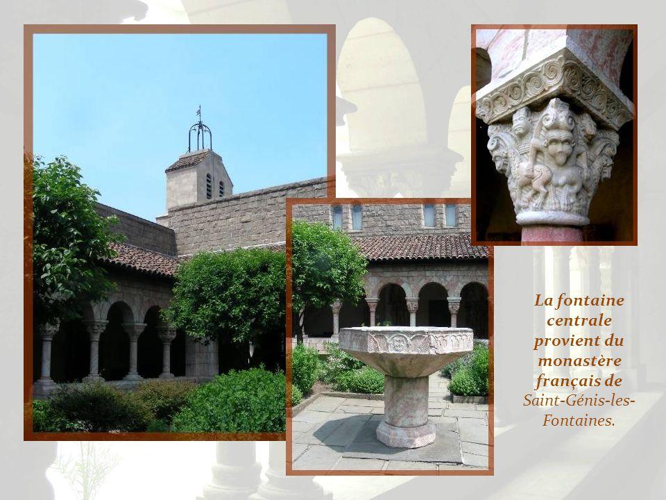 La fontaine centrale provient du monastère français de Saint-Génis-les-Fontaines.