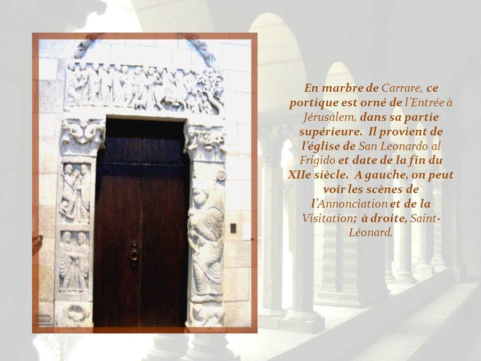 En marbre de Carrare, ce portique est orné de l'Entrée à Jérusalem, dans sa partie supérieure.