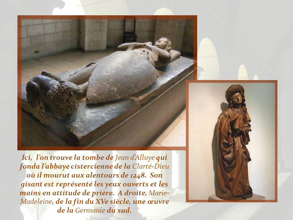 Ici, l'on trouve la tombe de Jean d'Alluye qui fonda l'abbaye cistercienne de la Clarté-Dieu où il mourut aux alentours de 1248.