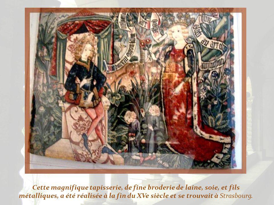 Cette magnifique tapisserie, de fine broderie de laine, soie, et fils métalliques, a été réalisée à la fin du XVe siècle et se trouvait à Strasbourg.