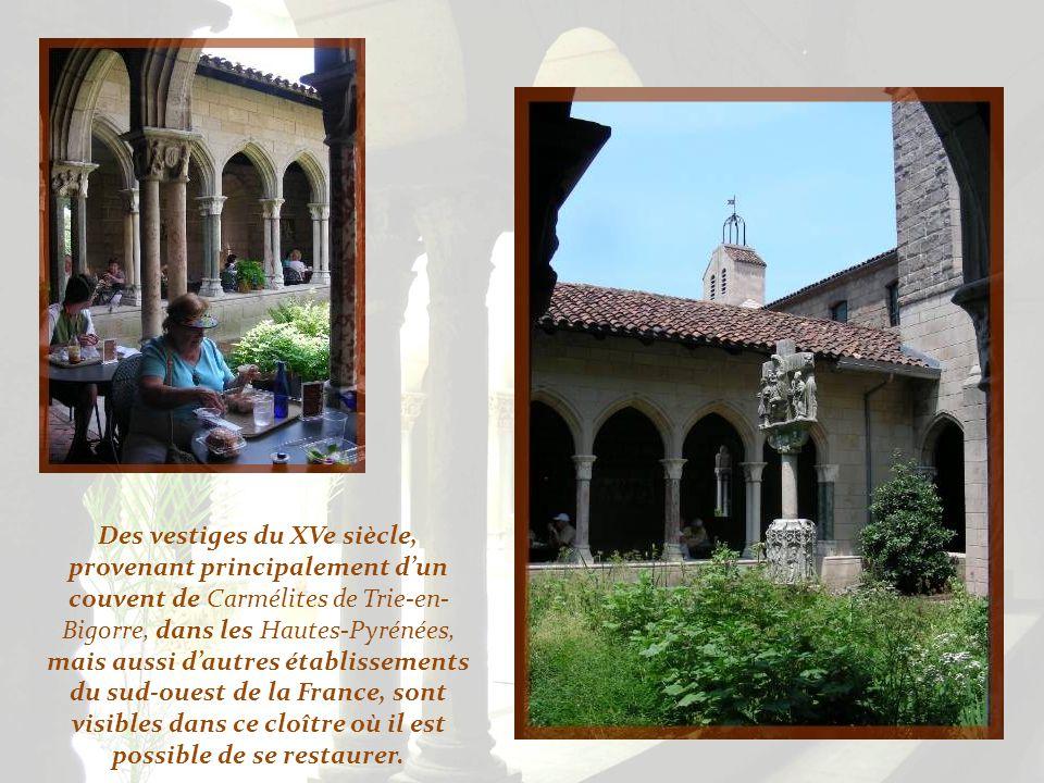 Des vestiges du XVe siècle, provenant principalement d'un couvent de Carmélites de Trie-en-Bigorre, dans les Hautes-Pyrénées, mais aussi d'autres établissements du sud-ouest de la France, sont visibles dans ce cloître où il est possible de se restaurer.