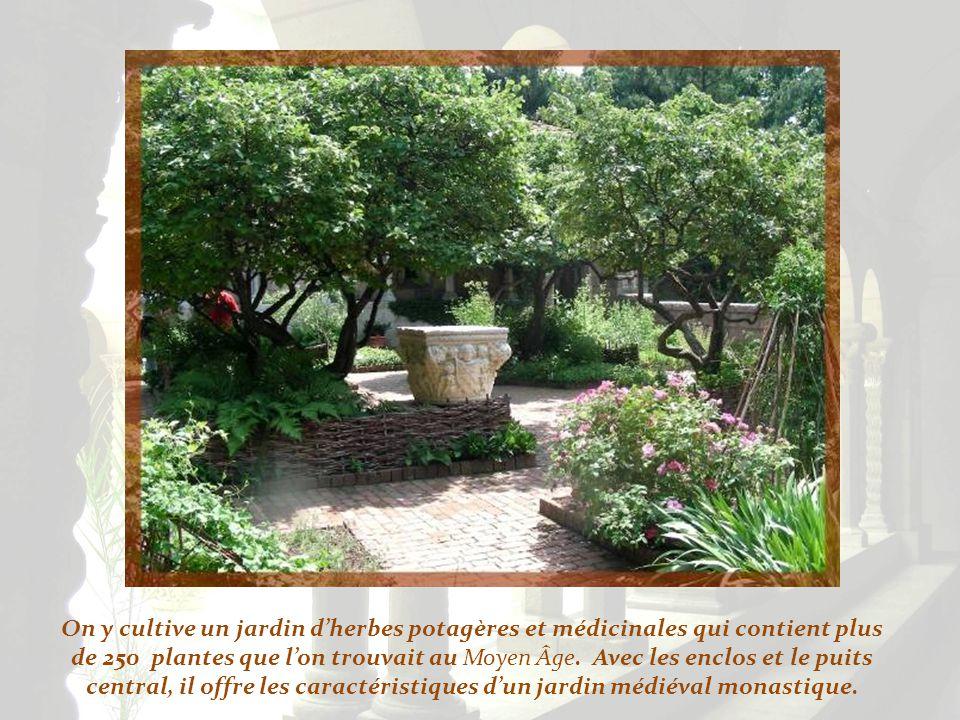 On y cultive un jardin d'herbes potagères et médicinales qui contient plus de 250 plantes que l'on trouvait au Moyen Âge.
