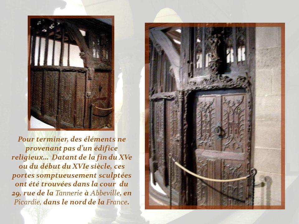 Pour terminer, des éléments ne provenant pas d'un édifice religieux… Datant de la fin du XVe ou du début du XVIe siècle, ces portes somptueusement sculptées ont été trouvées dans la cour du 29, rue de la Tannerie à Abbeville, en Picardie, dans le nord de la France.