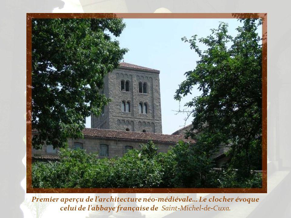 Premier aperçu de l'architecture néo-médiévale… Le clocher évoque celui de l'abbaye française de Saint-Michel-de-Cuxa.