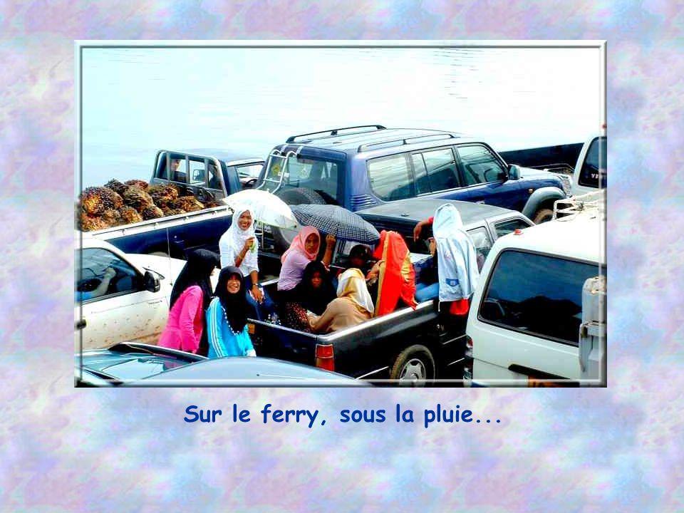 Sur le ferry, sous la pluie...
