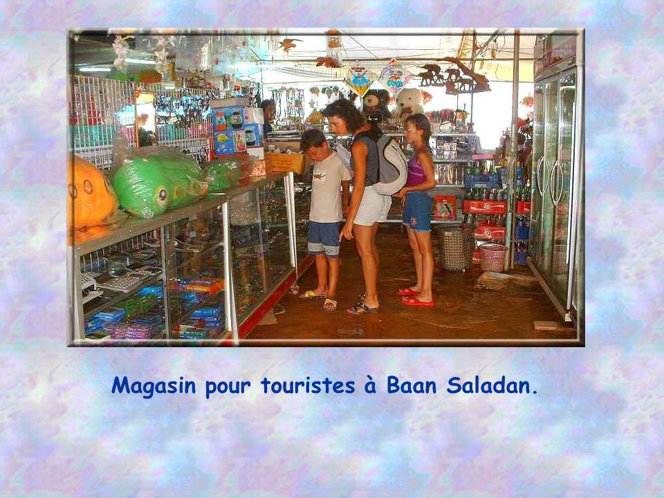 Magasin pour touristes à Baan Saladan.