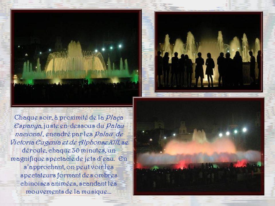 Chaque soir, à proximité de la Plaça Espanya, juste en-dessous du Palau nacional , encadré par les Palau de Victoria Eugenia et de Alphonse XIII, se déroule, chaque 30 minutes, un magnifique spectacle de jets d'eau.