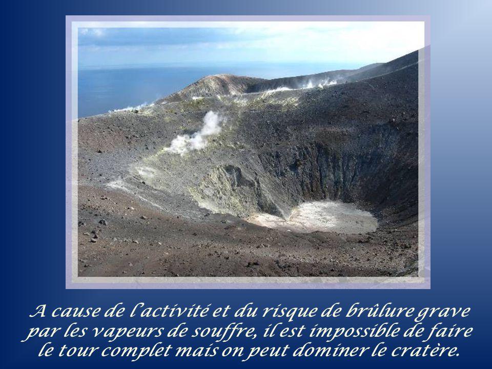 A cause de l'activité et du risque de brûlure grave par les vapeurs de souffre, il est impossible de faire le tour complet mais on peut dominer le cratère.