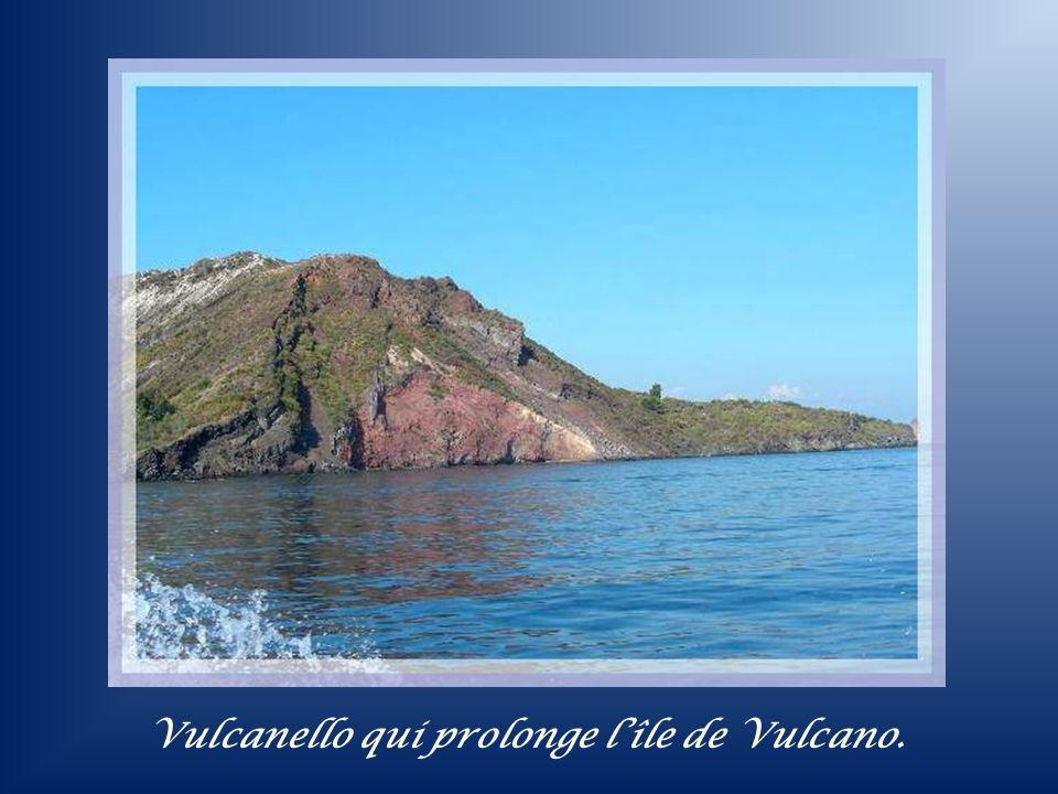 Vulcanello qui prolonge l'île de Vulcano.