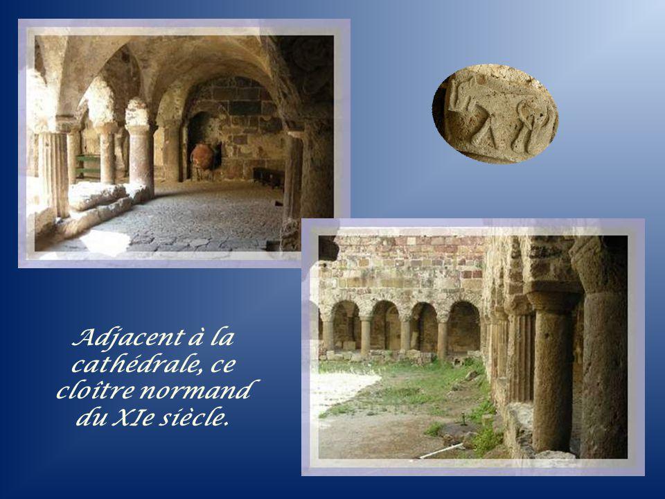 Adjacent à la cathédrale, ce cloître normand du XIe siècle.