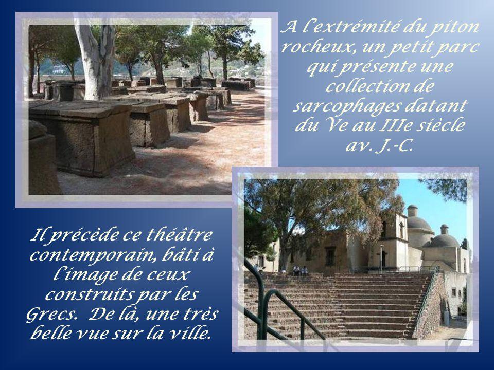 A l'extrémité du piton rocheux, un petit parc qui présente une collection de sarcophages datant du Ve au IIIe siècle av. J.-C.