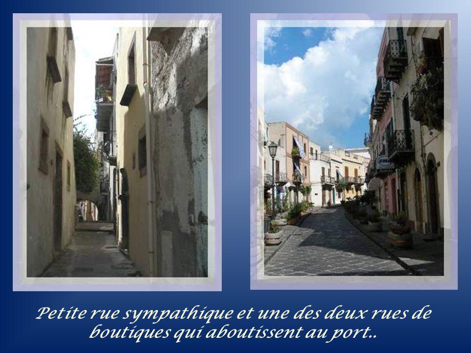 Petite rue sympathique et une des deux rues de boutiques qui aboutissent au port..