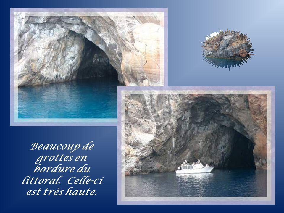 Beaucoup de grottes en bordure du littoral. Celle-ci est très haute.