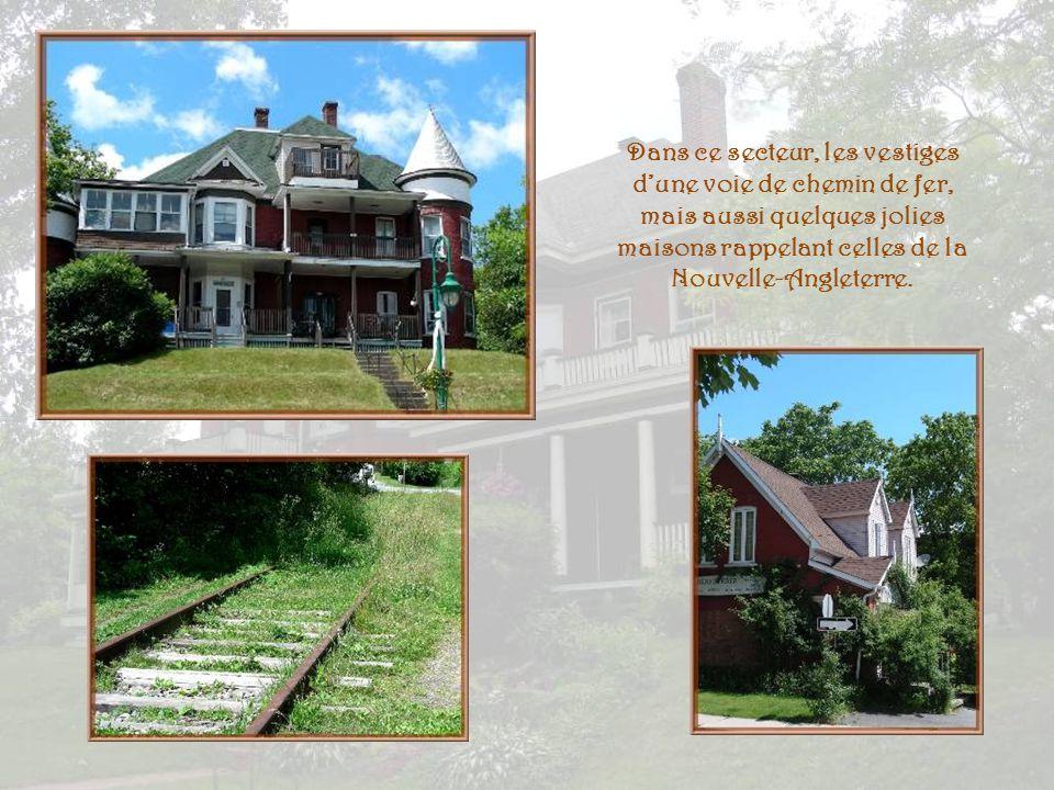 Dans ce secteur, les vestiges d'une voie de chemin de fer, mais aussi quelques jolies maisons rappelant celles de la Nouvelle-Angleterre.