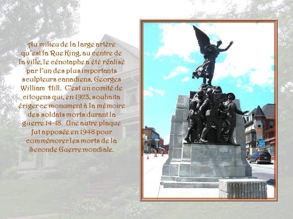 Au milieu de la large artère qu'est la Rue King, au centre de la ville, le cénotaphe a été réalisé par l'un des plus importants sculpteurs canadiens, Georges William Hill.