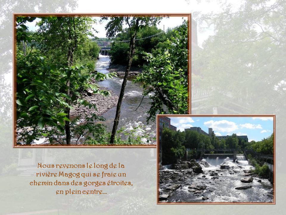 Nous revenons le long de la rivière Magog qui se fraie un chemin dans des gorges étroites, en plein centre…