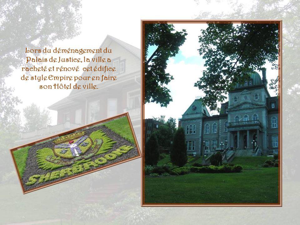 Lors du déménagement du Palais de Justice, la ville a racheté et rénové cet édifice de style Empire pour en faire son Hôtel de ville.
