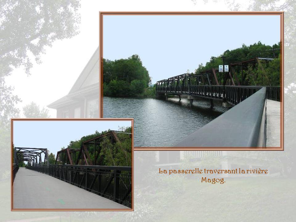 La passerelle traversant la rivière Magog.