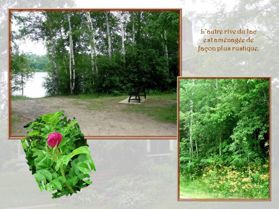 L'autre rive du lac est aménagée de façon plus rustique.