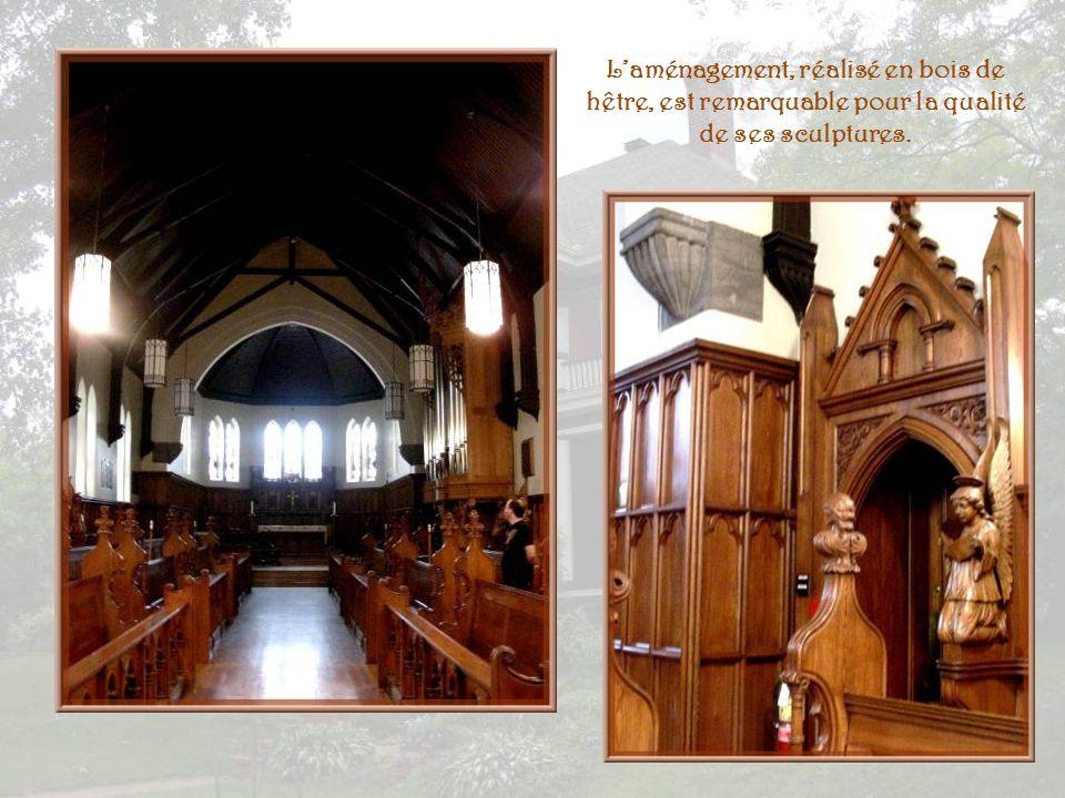 L'aménagement, réalisé en bois de hêtre, est remarquable pour la qualité de ses sculptures.