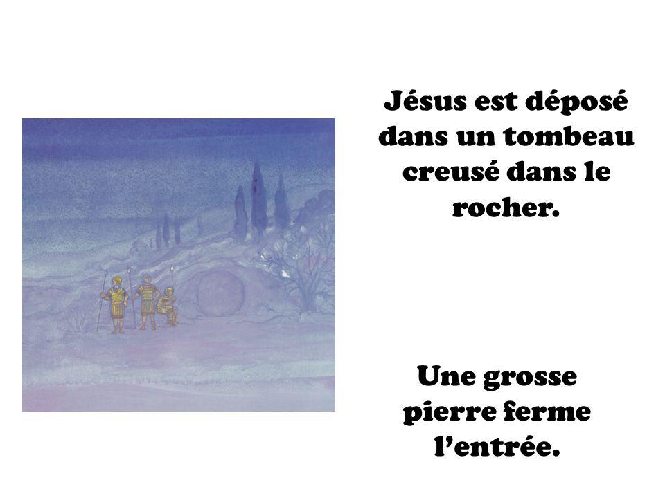 Jésus est déposé dans un tombeau creusé dans le rocher.