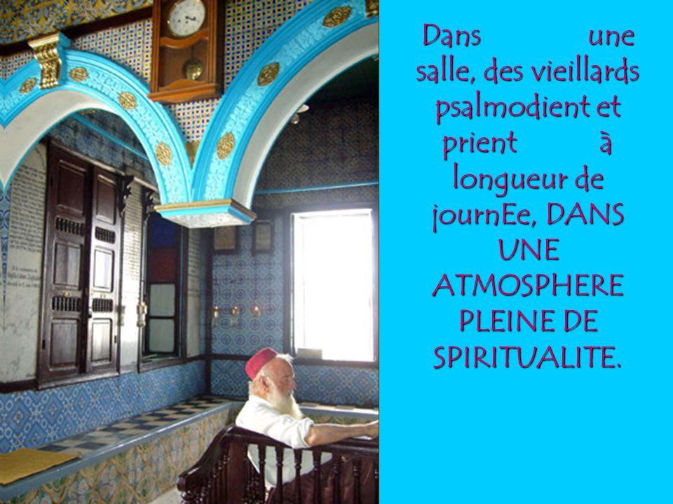 Dans une salle, des vieillards psalmodient et prient à longueur de journEe, DANS UNE ATMOSPHERE PLEINE DE SPIRITUALITE.