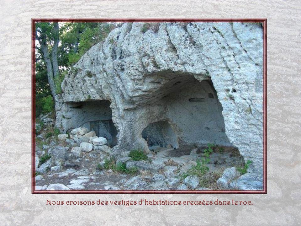 Nous croisons des vestiges d'habitations creusées dans le roc.