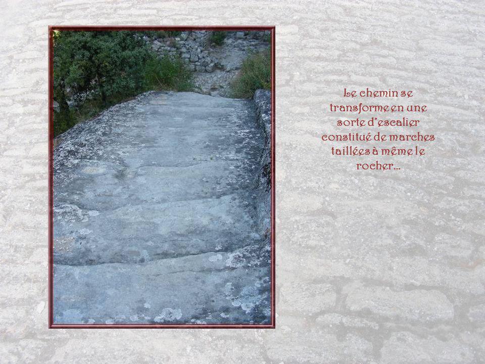 Le chemin se transforme en une sorte d'escalier constitué de marches taillées à même le rocher…