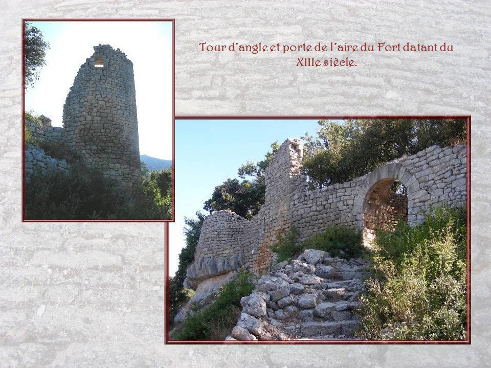 Tour d'angle et porte de l'aire du Fort datant du XIIIe siècle.