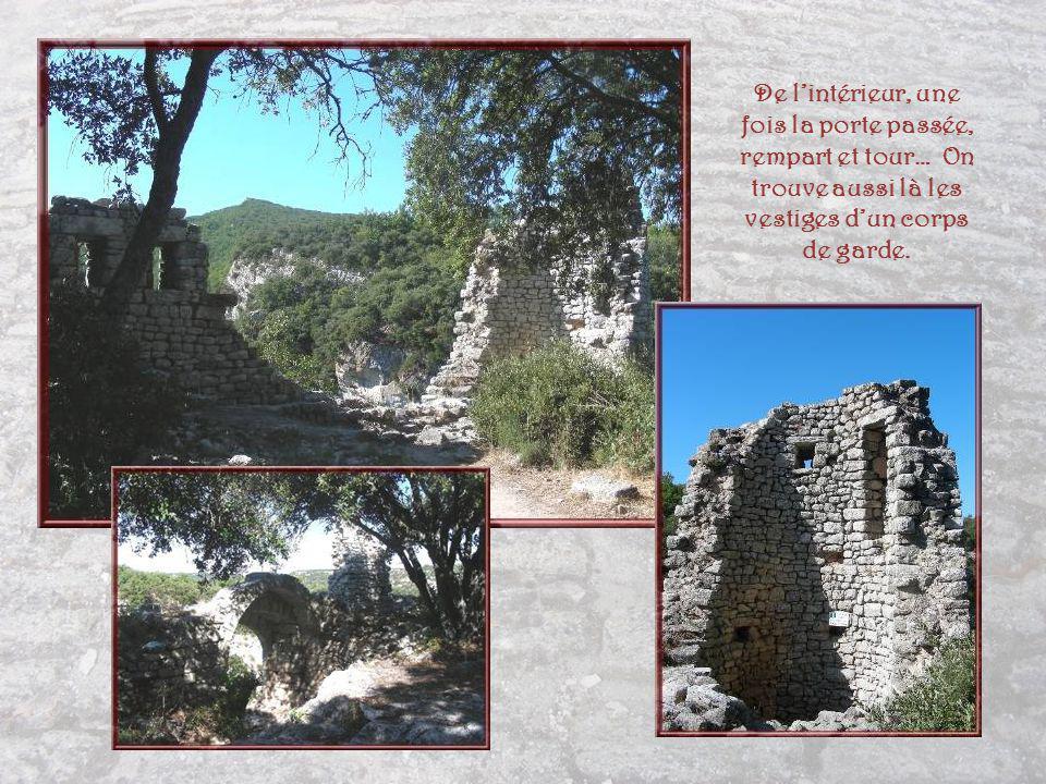 De l'intérieur, une fois la porte passée, rempart et tour… On trouve aussi là les vestiges d'un corps de garde.