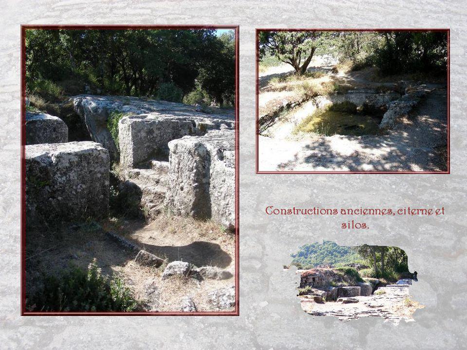 Constructions anciennes, citerne et silos.