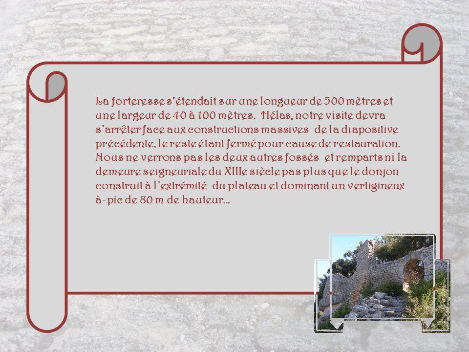 La forteresse s'étendait sur une longueur de 500 mètres et une largeur de 40 à 100 mètres.