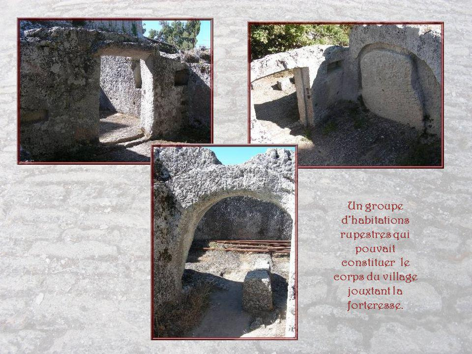 Un groupe d'habitations rupestres qui pouvait constituer le corps du village jouxtant la forteresse.