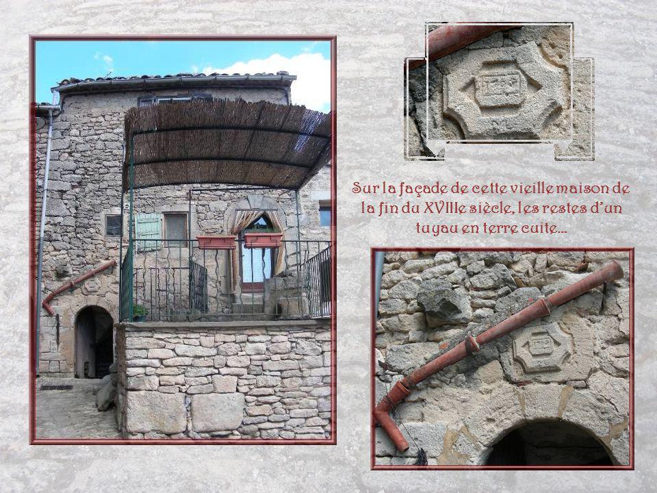 Sur la façade de cette vieille maison de la fin du XVIIIe siècle, les restes d'un tuyau en terre cuite…