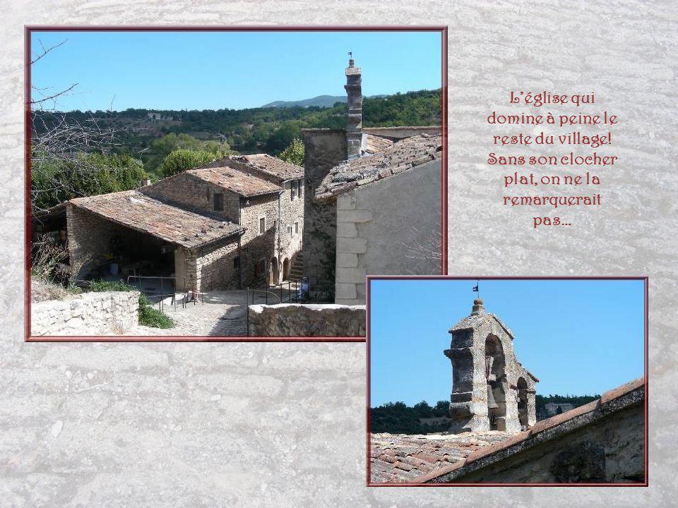 L'église qui domine à peine le reste du village