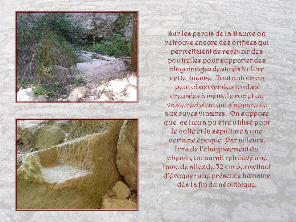 Sur les parois de la Baume on retrouve encore des orifices qui permettaient de recevoir des poutrelles pour supporter des clayonnages destinés à clore cette baume.