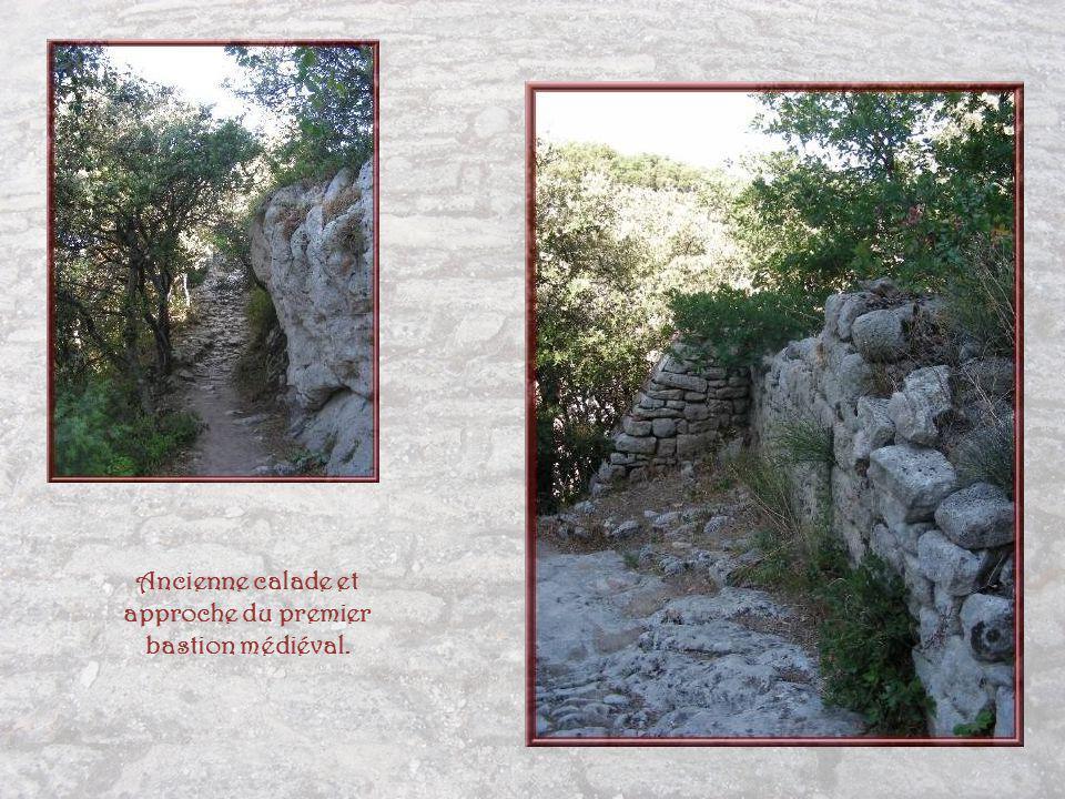 Ancienne calade et approche du premier bastion médiéval.