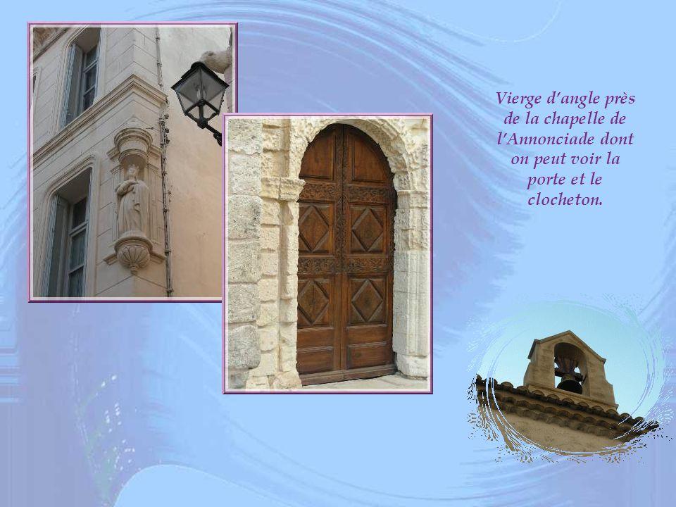 Vierge d'angle près de la chapelle de l'Annonciade dont on peut voir la porte et le clocheton.