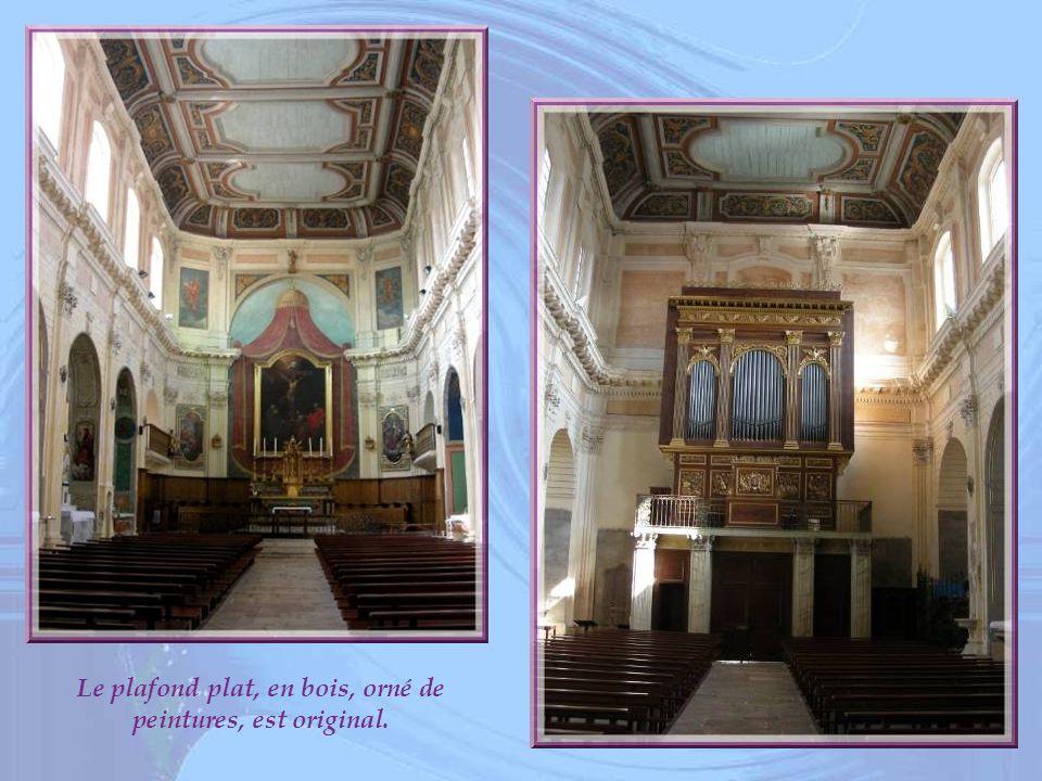Le plafond plat, en bois, orné de peintures, est original.