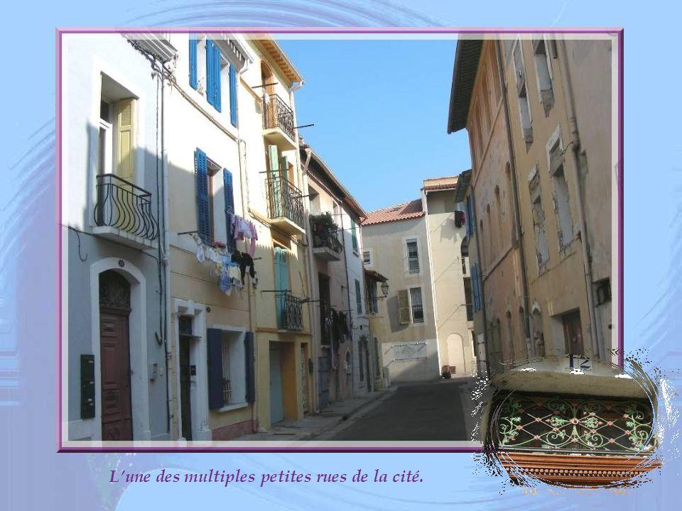 L'une des multiples petites rues de la cité.