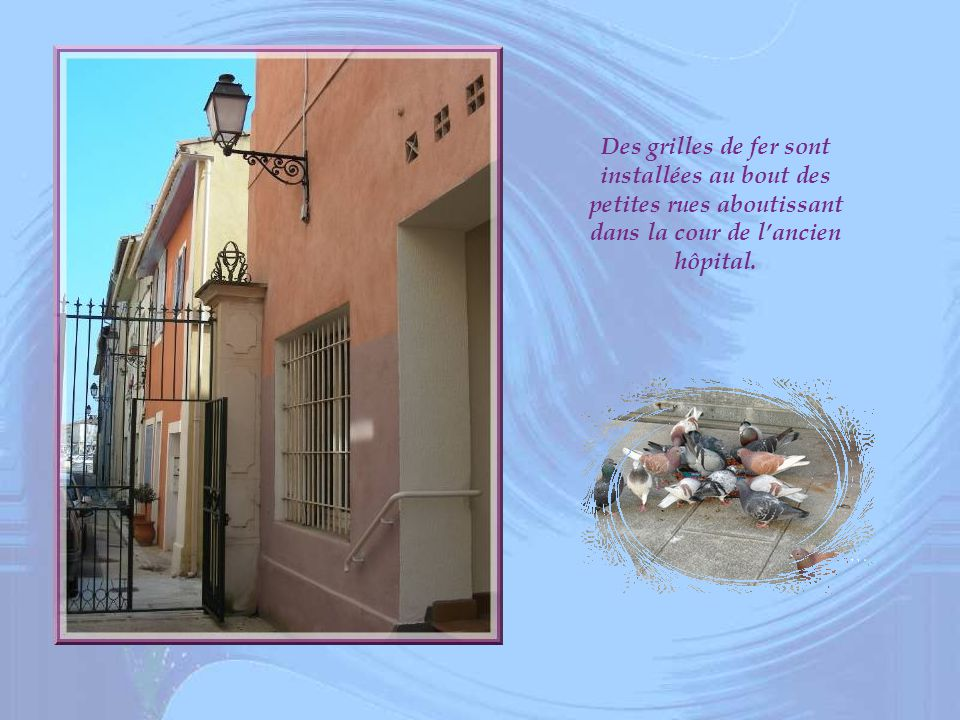 Des grilles de fer sont installées au bout des petites rues aboutissant dans la cour de l'ancien hôpital.