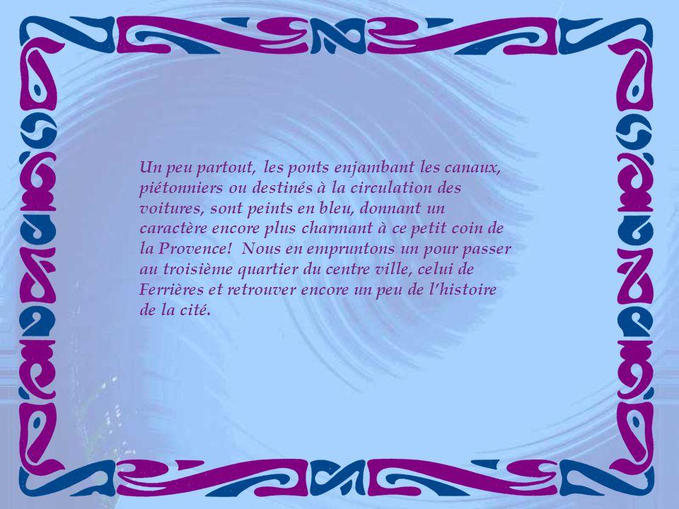 Un peu partout, les ponts enjambant les canaux, piétonniers ou destinés à la circulation des voitures, sont peints en bleu, donnant un caractère encore plus charmant à ce petit coin de la Provence.