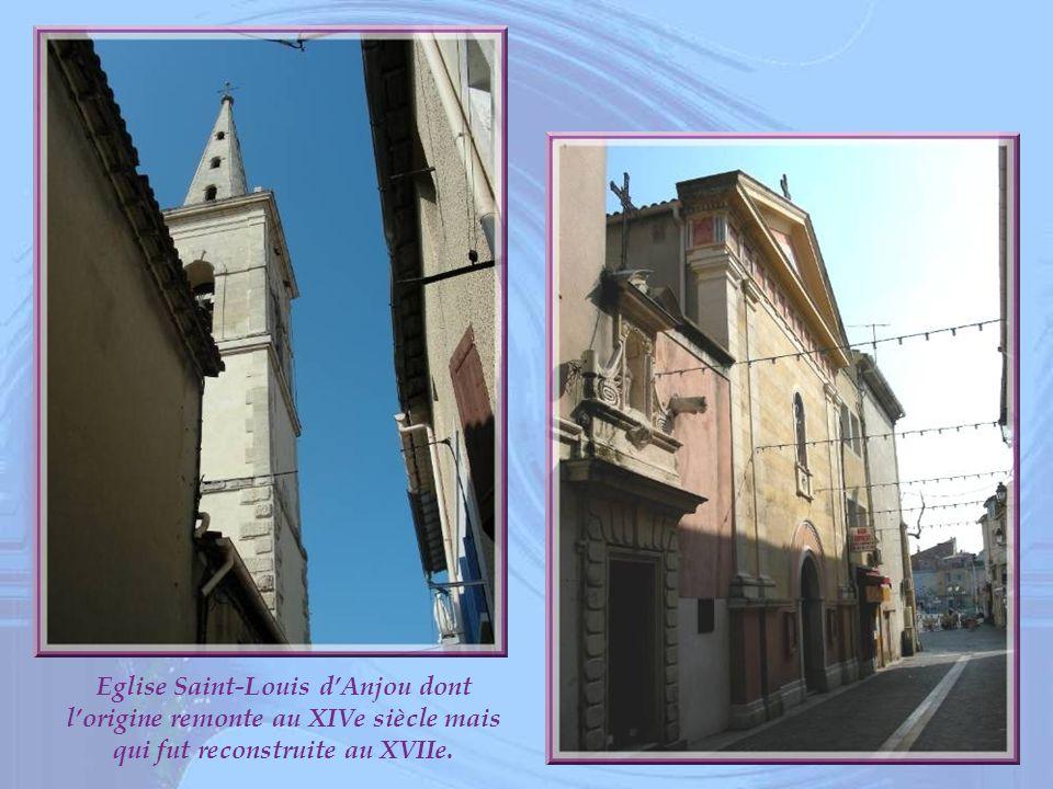 Eglise Saint-Louis d'Anjou dont l'origine remonte au XIVe siècle mais qui fut reconstruite au XVIIe.