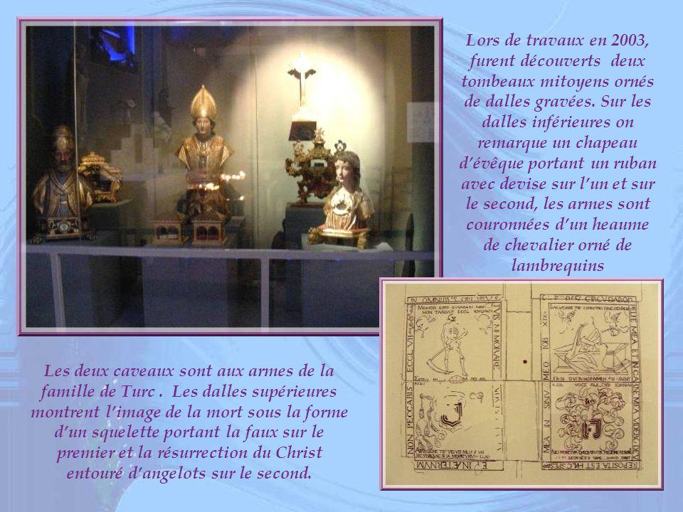 Lors de travaux en 2003, furent découverts deux tombeaux mitoyens ornés de dalles gravées. Sur les dalles inférieures on remarque un chapeau d'évêque portant un ruban avec devise sur l'un et sur le second, les armes sont couronnées d'un heaume de chevalier orné de lambrequins
